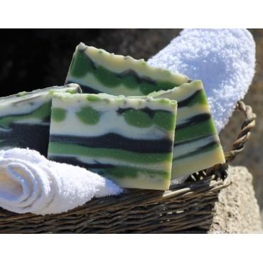 Savon naturel surgras aux huiles essentielles BIO au romarin et pin Lariccio pour peaux dévitalisées, sèches et ternes.