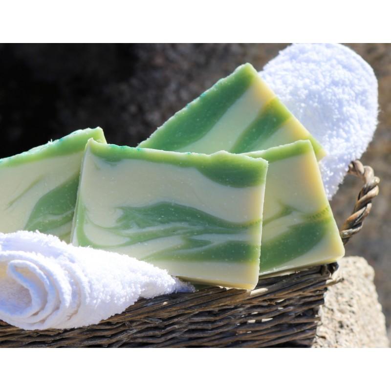 Savon naturel surgras aux huiles essentielles BIO de menthe poivrée pour peaux sensibles, sèches et irritées