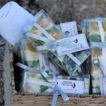 Savons naturels surgras aux huiles essentielles BIO d'Immortelle Corse, lavandin, romarin et miel.